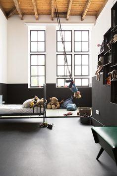 Lieu atypique : Rénovation d'une ancienne école aux Pays Bas || Chambre d'enfant noir et blanc avec jeux de cirque