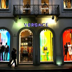 Milano, Italy is fantastic for your vacations. It's elegant and fun. Want to go shopping? Milan, Italy is all that and much more. Versace Store, Weekend Deals, Milan Italy, Beautiful Places To Visit, Boutique, Great Pictures, Gold Coast, Go Shopping, Jimmy Choo