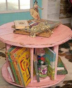 idée comment customiser un touret, touret peint en rose avec rangement intégré pour livres
