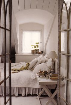 bedroom: neutral tones, linens, whites