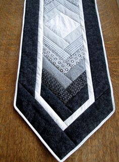 Quilted Table Runners Christmas, Patchwork Table Runner, Table Runner And Placemats, Table Runner Pattern, Black And White Quilts, Black White, Braid Quilt, Place Mats Quilted, Quilted Table Toppers
