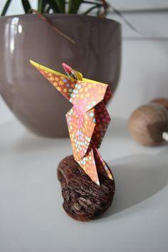 Lapin origami sur bois flotté