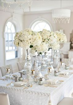 déco-table-mariage-hiver-fleurs-blanches-bougeoirs-argent déco table mariage