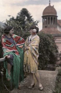 vintage everyday: Rare Autochrome Pictures of Spanish Women in the early Vintage Pictures, Old Pictures, Old Photos, 1920s Photos, Subtractive Color, Spanish Woman, Spanish Ladies, Colorized Photos, Girl Poses