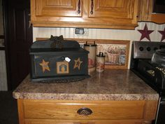 Love the counter top, cabinets, beadboard, all of it! Prim Decor, Country Decor, Primitive Decor, Primitive Kitchen, Country Primitive, Decor Crafts, Wood Crafts, Youtube Woodworking, Woodworking Shop