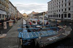 Terrasse du Caffè Rossini sur le Canal Grande de Trieste avec l'Église…