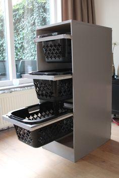 Wasmanden toren met rails systeem om de wasmand er makkelijk uit te kunnen schuiven