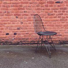 Nouveau ! La chaise DKR inspirée par Eames en finition noir mat. Vraiment très belle vous ne trouvez pas ? / #design #designer #eames #dkrchair #chair #chaise #deco #fullblack #black #charleseames by meublesetdesign