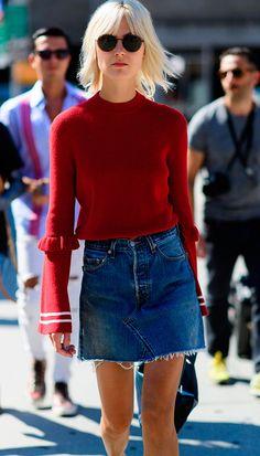 Street style look com suéter e saia jeans.
