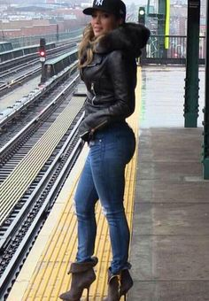 She is lookin so good in this pic. Jennifer Lopez Fashion Pictures - Jennifer Lopez Style - she is one of the sexiest women alive ! Mode Outfits, Winter Outfits, Casual Outfits, Look Fashion, Urban Fashion, Womens Fashion, J Lo Fashion, Fashion Pants, Celebs