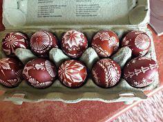 Tradične sa zdobili batikovaním - na biele vajíčko sa horúcim voskom napíše vzor, vajíčko sa následne ponorí do farbiaceho roztoku, potom osuší, vosk sa nahreje a zotrie. Na miestach, kde chránil š...