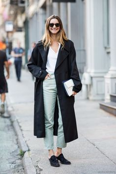 How To Wear A Trench Coat This Year: Brie Welch wearing a black oversized trench coat, a white shirt, light grey ankle pants, black mule booties, brown sunglasses and a white clutch. Fashion Moda, Denim Fashion, Fashion Outfits, Net Fashion, Female Fashion, Trent Coat, Streetwear, Trench Coat Outfit, Spring Work Outfits