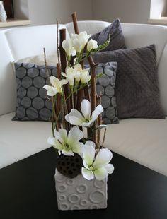 Magnolie s fréziemi / Zboží prodejce jircice | Fler.cz Ikebana Arrangements, Large Flower Arrangements, Table Arrangements, Diy Flowers, Flower Vases, Flower Decorations, Table Decorations, Zen Wedding, Plant Decor