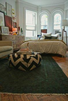 sol en parquet, tapis vert, chambre a coucher, fenetre, chambre lumineuse, tapis de chambre