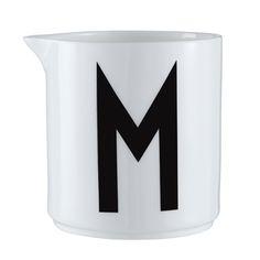 Design Lettersin tyylikäs maitokaadin on varustettu Arne Jacobsenin suunnitteleman kirjasinmallin M-kirjaimella. Yksinkertainen ja kaunislinjainen maitokaadin sopii kattaukseen kuin kattaukseen.