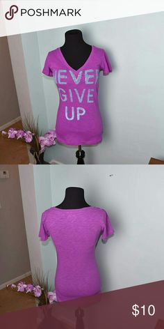 Super Cute 'Never Give Up' Graphic Top In excellent condition! Super cute and comfortable! Tops Tees - Short Sleeve