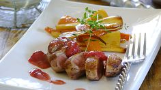 Seared duck breasts with red wine and raspberry sauce Meat Recipes, Chicken Recipes, Dinner Recipes, Raspberry Sauce, Caprese Salad, Red Wine, Romantic Recipes, Sausage, Special Occasion