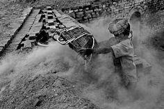 """""""Fallen Stars"""" Shafik (11) trabalha no topo de uma pilha de tijolos incandescente Pelo fotógrafo bangladeshiano MD Shahnewaz Khan"""