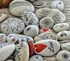 Paint and Decorate Stones by hand. Basic Tips and Ideas Bonitas Stone Painting Stone Crafts, Rock Crafts, Diy Home Crafts, Pebble Painting, Pebble Art, Stone Painting, Rock Painting Supplies, Shell Crafts, Stone Art