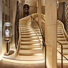 L'Agence Jouin Manku imagine un nouvel écrin parisien pour la Maison de Haute Joaillerie Van Cleef & Arpels. Place Vendôme, Patrick Jouin et Sanjit Manku imagine un intérieur tout en poésie, hommage à la pierre de Paris et au travail du joai...
