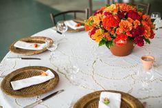 Para decorar a mesa de convidados, a Flor e Forma montou arranjos de mesa simples e delicados formados por vasos de cerâmica com dálias, rosas spray e celósias
