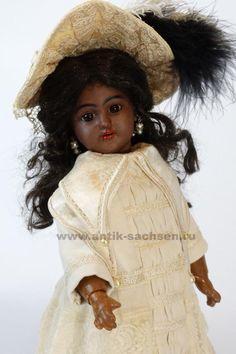 Немецкая антикварная кукла, фарфоровая голова которой выпущена на фабрике Simon & Halbig, модель Санта
