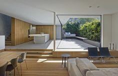 minimalistische Wohnung mit Balkon mit Outdoor-Küche