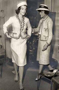 Chanel regresa al mundo del diseño.Presenta un traje en tweed elegante y cómodo,la antítesis del New look.