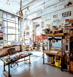 El impresionante estudio de un cineasta. One of my favorite studio workspaces.
