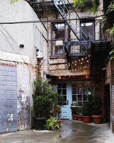 """600 """"Μου αρέσει!"""", 13 σχόλια - Nathalie Hill. (@nathill) στο Instagram: """"This little alley. ✨ The famous Freeman's restaurant  New York. #newyork #newyorkcity #nyc…"""""""