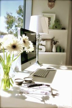 We always feel more inspired working in a sun-filled office like this one. @bynela