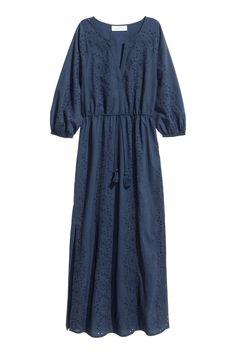 Vestido comprido bordado: Vestido comprido em tecido de algodão com bordado inglês. Tem decote em V à frente, mangas raglan compridas com elástico na extremidade, corte e cordão de ajuste na cintura e racha nos lados. Forro de jersey.