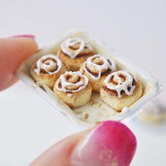 いいね!5,108件、コメント33件 ― HeavenlyCake miniaturesさん(@heavenly_cake)のInstagramアカウント: 「tray of cinnamon rolls and crumbles which I always like to put in my miniature scene :) I've been…」
