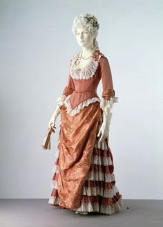 1876 - 1878 United Kingdom Evening Dress made of Silk Satin, Trimmed with Silk Ribbon & Lace, Lined with Cotton, & Reinforced with Whalebone Vintage Outfits, Vintage Gowns, Vintage Mode, 1870s Fashion, Edwardian Fashion, Vintage Fashion, Dinner Gowns, Victorian Costume, Victorian Dresses