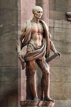 """St Bartholome, Martyr chrétien écorché vif. Le """"drapé"""" qui l'entour est sa peau... Marco d'Agrate, 1562 (Duomo cathedral, Milan-Italy). Déjà très """"gore et réaliste"""" au XVI e !"""