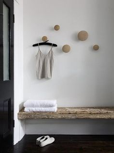 rustic bench, knobs look like muuto Estilo Interior, Interior Styling, Rustic Bench, Rustic Decor, Rustic Wood, Raw Wood, Rustic Cafe, Rustic Entryway, Rustic Office