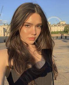 Girl With Brown Hair, Brown Blonde Hair, Brown Hair Selfie, Brown Hair Brown Eyes Girl, Beautiful Girl Makeup, Natural Makeup Looks, Brunette Girl, Aesthetic Hair, Tips Belleza