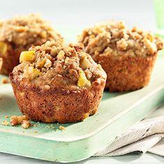 Les pommes ne sont pas les seuls fruits spectaculaires de l'automne. Ces muffins piqués de poires hachées et de noix sont agrémentés d'une garniture sucrée comme touche finale.
