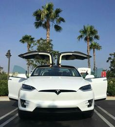 Tesla Model X come to a reality with a unique design of the doors. The doors are open up vertically. The marvel engineering are geared up in this model of Tesla. Luxury Sports Cars, Top Luxury Cars, Sport Cars, Tesla Roadster, Lux Cars, Tesla Model X, Tesla Motors, Fancy Cars, Expensive Cars