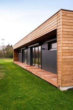 Casa Container: +90 Fotos, Preços e Dicas para 2020 Cottage In The Woods, House In The Woods, Best Small House Designs, Container Homes Cost, Flat Roof House, Bottle House, House Cladding, Backyard Office, Casas Containers