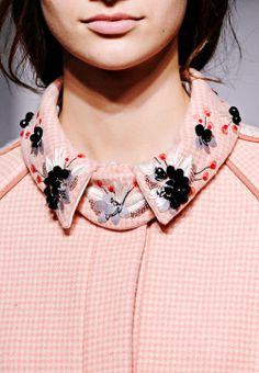 Think about embellishments/embroidery on collar Couture Details, Fashion Details, Fashion Design, Embroidery Fashion, Beaded Embroidery, Golas Peter Pan, Broderie Simple, Mode Rose, Bijoux Fil Aluminium