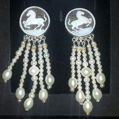Orecchini cammei artigianali con cavalli e perle naturali di fiume