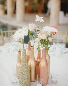 Composição de garrafas coloridas!  Charme indescritível e uma economia e tanto para o seu bolso!  #weddingrustic #wedding #casorio #love #casamentorustico #casamento #decoracao