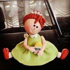 niña con palomitas en pasta francesa
