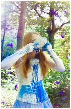 *#Märchenstunde*  Sie flieht und gelangt wieder zu der Tür mit dem sprechenden #Türknauf. Sie bekommt sie zwar nicht auf, sieht sich selbst aber durch das Schlüsselloch schlafend unter einem Baum. Der Film endet damit, dass sie dort aufwacht, geweckt durch die eigene #Schwester. (Wikipedia)  Model: Annie Black Foto und Kleidung: #Wunderlandillusion - Fotografie von J. Gaillard #cosplay #Fotografie   http://wunderlandillusion.de/fotografie/2016/projekt-m%C3%A4rchen/
