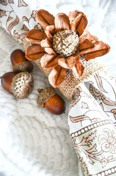 napkin rings Lets make easy and beautiful Thanksgiving napkin rings! Its so much fun to set an elegant Thanksgiving table complete with napkin rings! The napkin rings were all made with Thanksgiving Table Settings, Thanksgiving Tablescapes, Thanksgiving 2020, Thanksgiving Crafts, Thanksgiving Decorations, Velvet Pumpkins, Diy Rings, Fall Table, Fall Crafts
