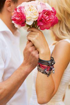 Das Beste auf der Welt sind Freunde, die immer für Dich da sind, in guten wie in schlechten Zeiten. Ein Armband mit Charms als Erinnerung an eine wundervolle Freundschaft.