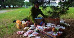 O ativista ambiental e aventureiro norte-americano Rob Greenfield passou sete semanas viajando por mais de 1.600 km nos EUA, alimentando-se exclusivamente de comida recolhida de lixeiras. A ideia era sensibilizar os norte-americanos com a questão do desperdício de alimentos, que faz com que US$ 165 bilhões (cerca de R$ 475 bilhões) sejam, literalmente, jogados fora por ano no país