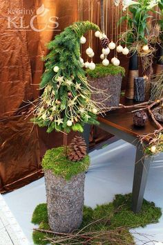 Are you looking for a real eye catcher for your apartment? These 14 standing pieces of decoration are really GORGEOUS! Noel Christmas, Outdoor Christmas, Rustic Christmas, Winter Christmas, Christmas Wreaths, Christmas Ornaments, Whimsical Christmas, Christmas Christmas, Christmas Arrangements
