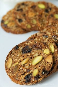 Fig and Pistachio Crisps - these delicious crackers are just like the ones you buy (for a fortune) at the gourmet markets. You can make them at home for pennies! Fig Recipes, Cookie Recipes, Pistacia Vera, Homemade Crackers, Homemade Breads, Healthy Snacks, Healthy Recipes, Healthy Crackers, Snacks Saludables